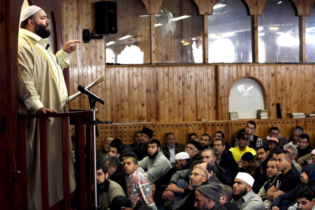丹麥最有影響力的伊瑪目之一,穆斯塔法.辰迪特(Mostafa Chendid)。...