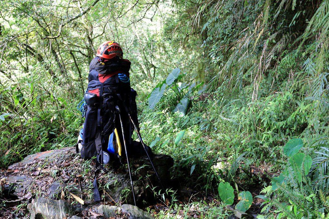 正確的登山裝備,是在野地生存的關鍵:揹包、岩盔與繩索。 圖/作者自攝