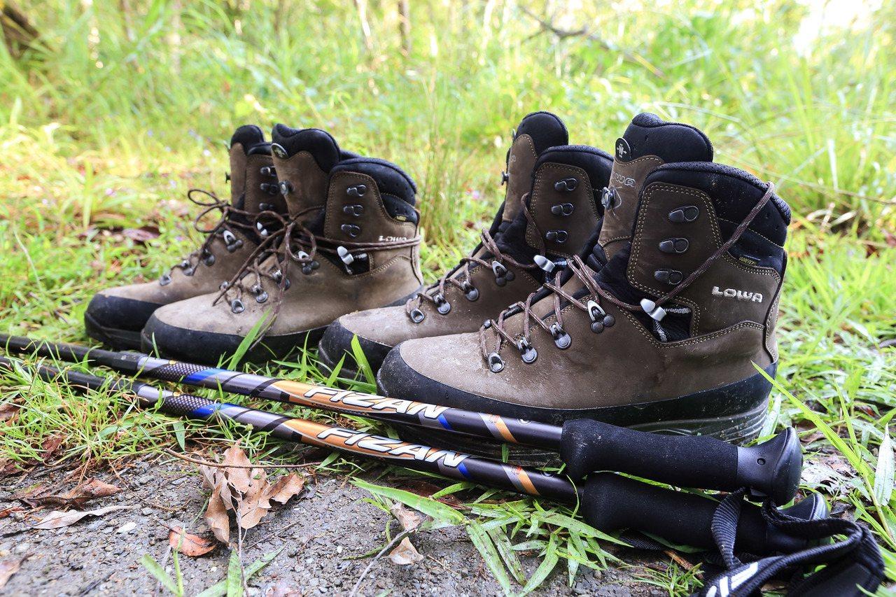 正確的登山裝備,是在野地生存的關鍵:登山杖與登山鞋。 圖/作者自攝