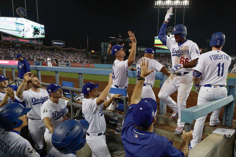 過往的世界大賽常常看到酷寒的天氣,但今年在洛杉磯的氣候卻創下棒球史上最高溫,場上...