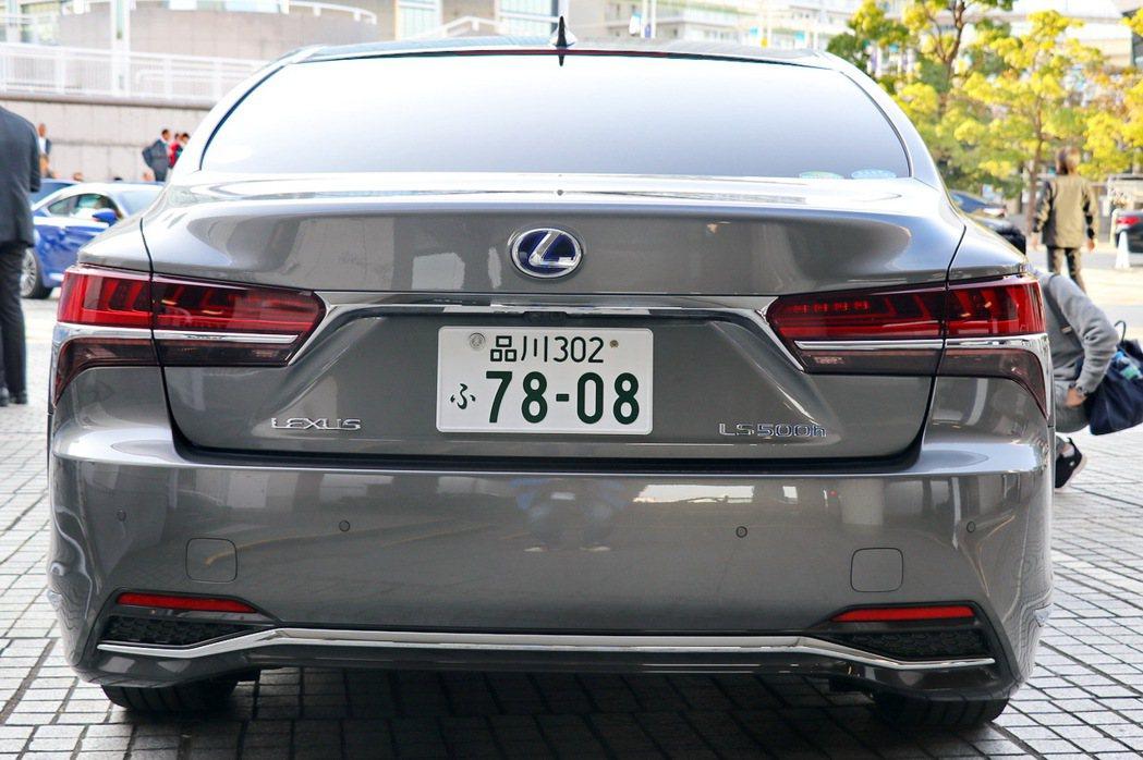 後車尾雖然較不突出,但大面積尾燈仍彰顯LEXUS的特色。 記者陳威任/攝影