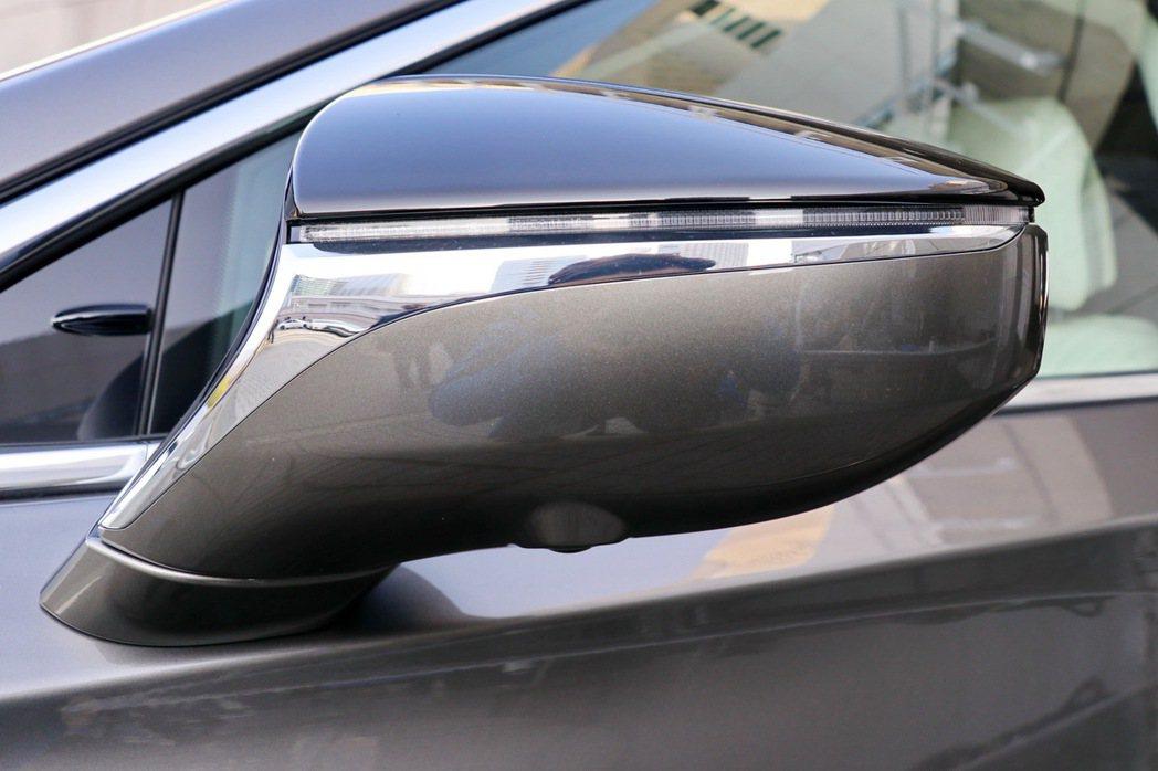 後照鏡整合鍍鉻材質及方向燈,做工相當精細。 記者陳威任/攝影