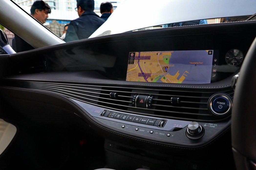 LEXUS LS500h配12.3吋中央顯示幕。 記者陳威任/攝影