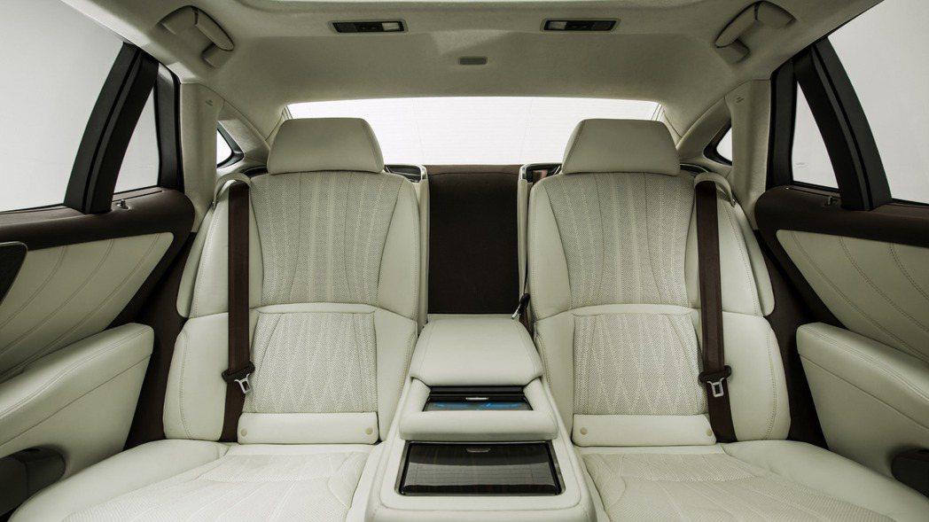 LS500h後座椅空間舒適又尊榮。 圖/LEXUS提供
