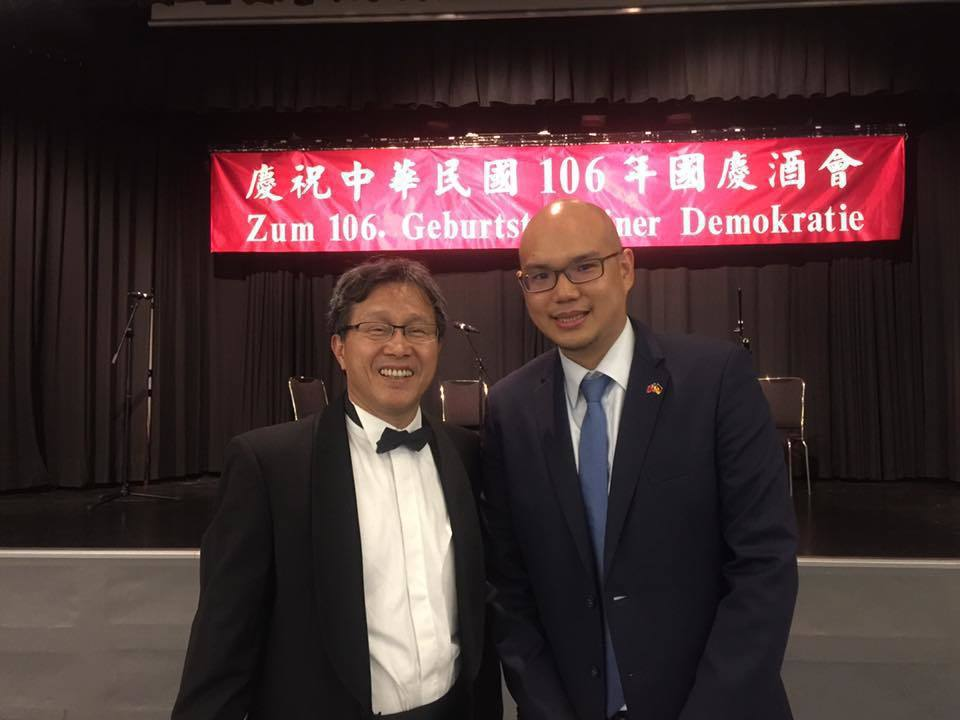 駐德代表謝志偉在柏林慶祝國慶,但紅布條的德文卻少了中華民國的字樣,翻譯成中文後變...