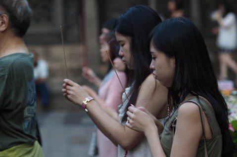 范綱華/女性比男性更信仰宗教?從性別不平等的角度出發