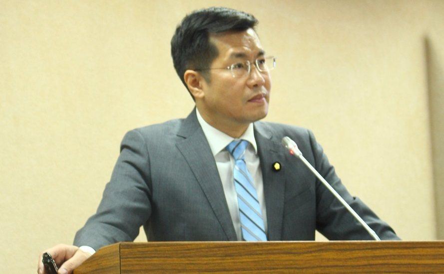民進黨立委羅致敬則表示,任職中共的台灣人名單必須公開、注銷戶籍,才能解決問題。(...