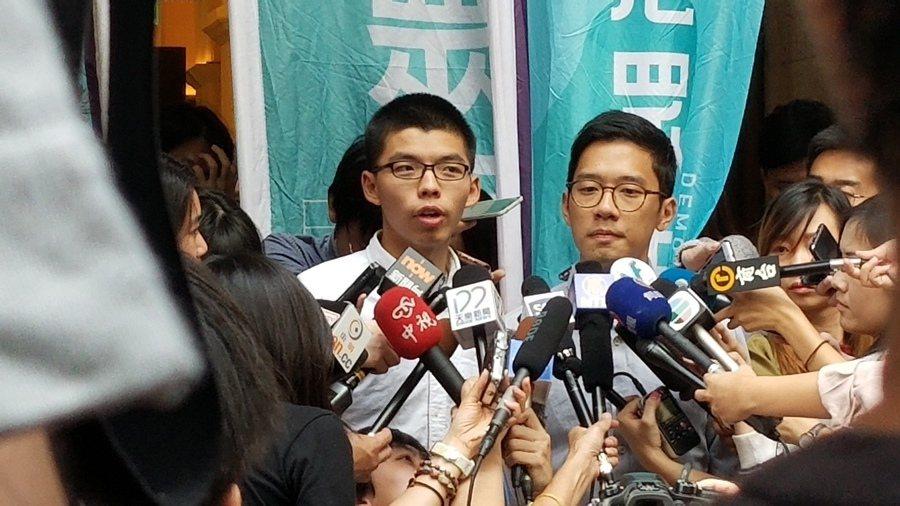 黃之鋒(左)及羅冠聰(右)兩人雖然暫時重獲自由,但是否能成功申請上訴減刑仍是未知...