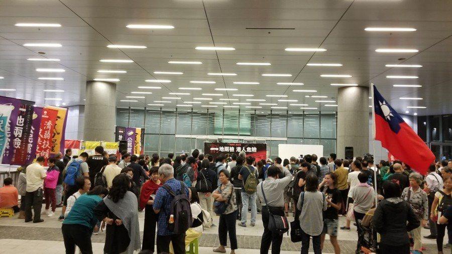 香港立法會內正處理一地兩檢議案,而在議會外則有反對一地兩檢的集會。(photo ...