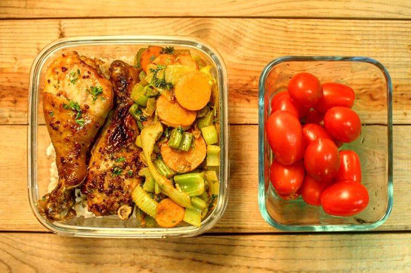 我家老爺的某日便當盒:蜂蜜檸檬棒棒腿,咖哩炒時蔬(紅蘿蔔、洋蔥、芹菜、巴西里),...