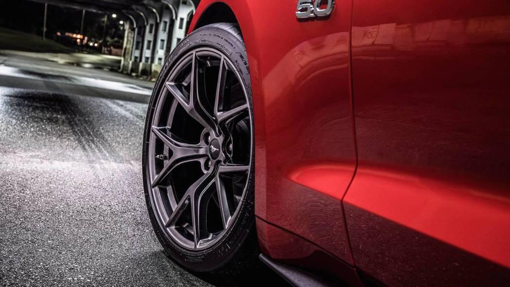 輪圈也是Performance Pack Level 2的升級重點,改搭全新黑色造型增添殺氣。 圖片來源:FORD