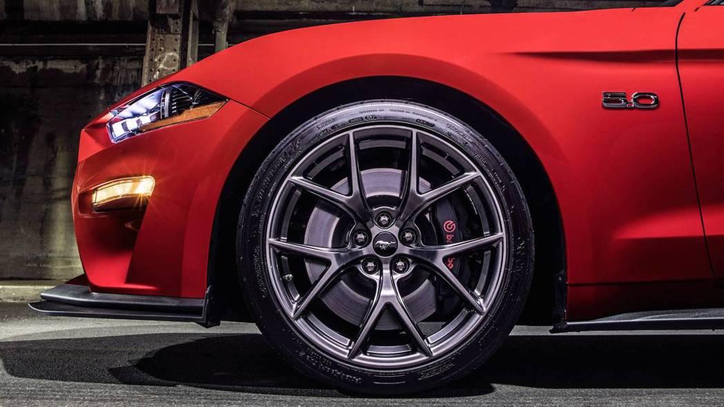 制動性方面也配置了Brembo六活塞煞車卡,以及大尺寸煞車碟盤。 圖片來源:FORD
