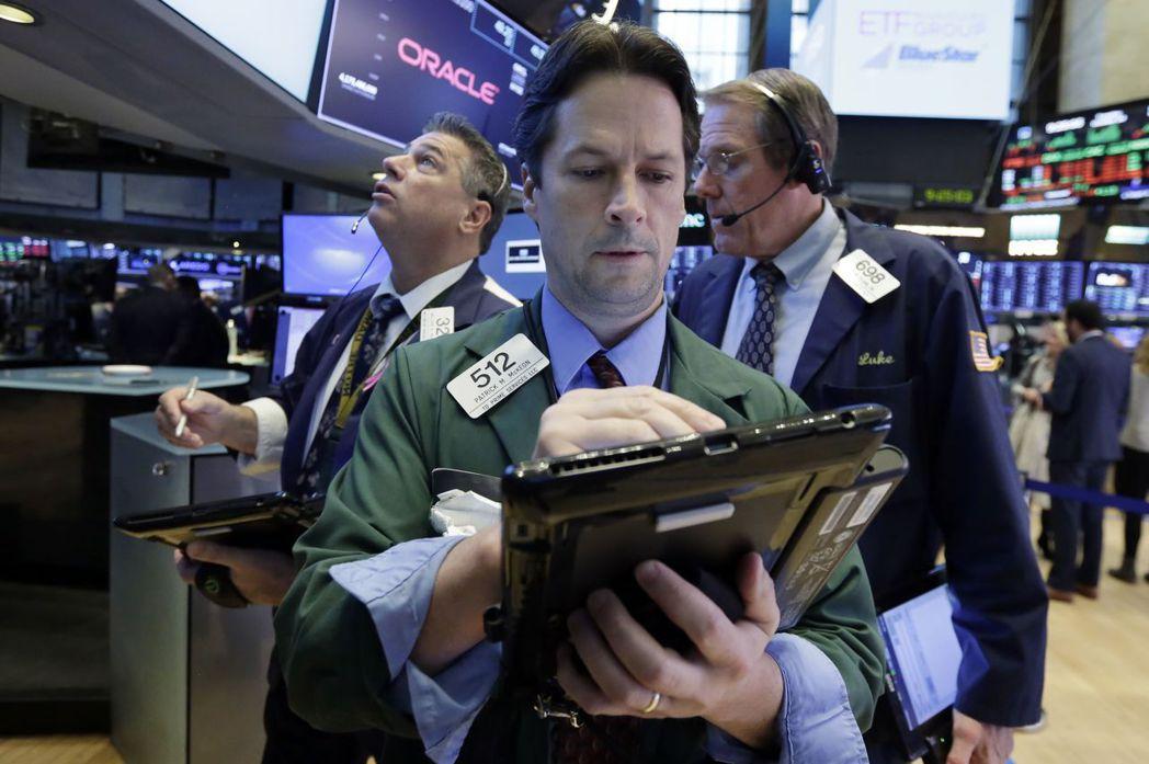 美股跌得不輕,多家企業財報不如預期,市場心理由多翻空。而華府政治局勢也使川普的稅...