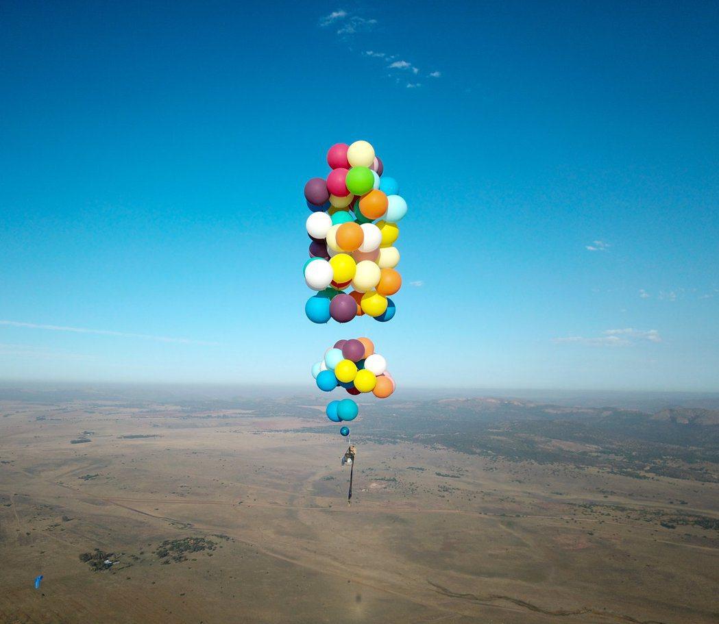 英國男子摩根靠露營椅和氣球,成功飛越南非。路透