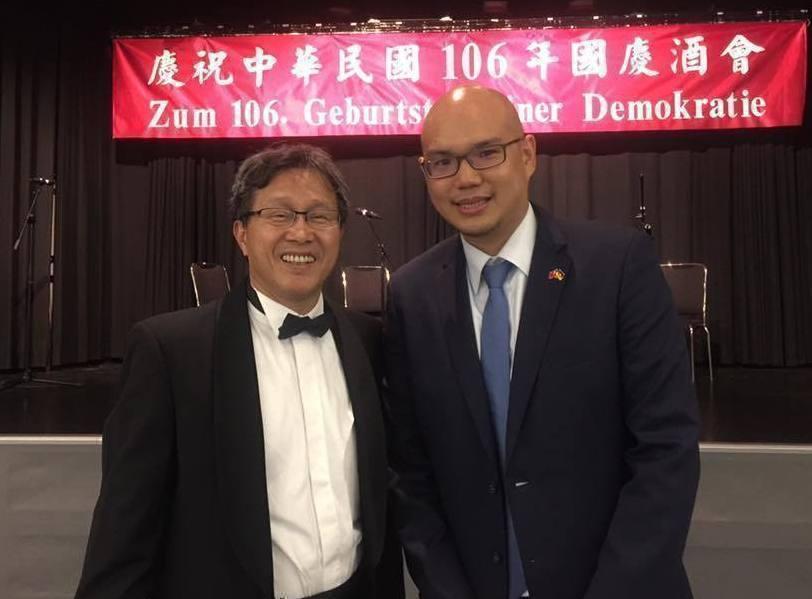 駐德代表謝志偉在柏林慶祝國慶,但紅布條的德文卻沒註明中華民國。 圖/國民黨立委楊...