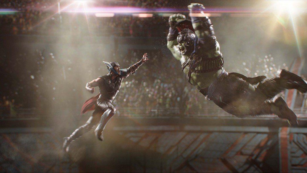 克里斯漢斯沃(左)與馬克魯法洛(右)在「雷神索爾3:諸神黃昏」的對打戲讓人看得血...