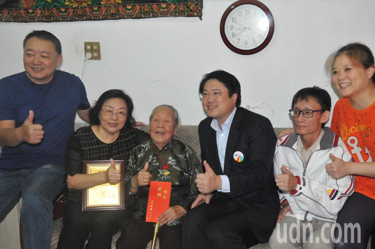 市長林右昌今天探視百歲山東阿嬤邴趙玉芳。記者游明煌/攝影