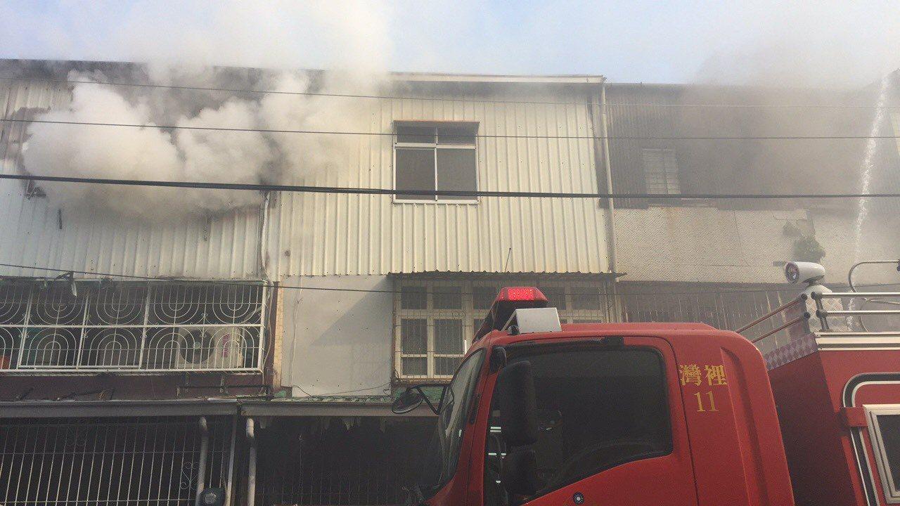 台南市南區喜樹路1棟民宅3樓加蓋鐵皮屋今天上午傳出火警。記者邵心杰/翻攝