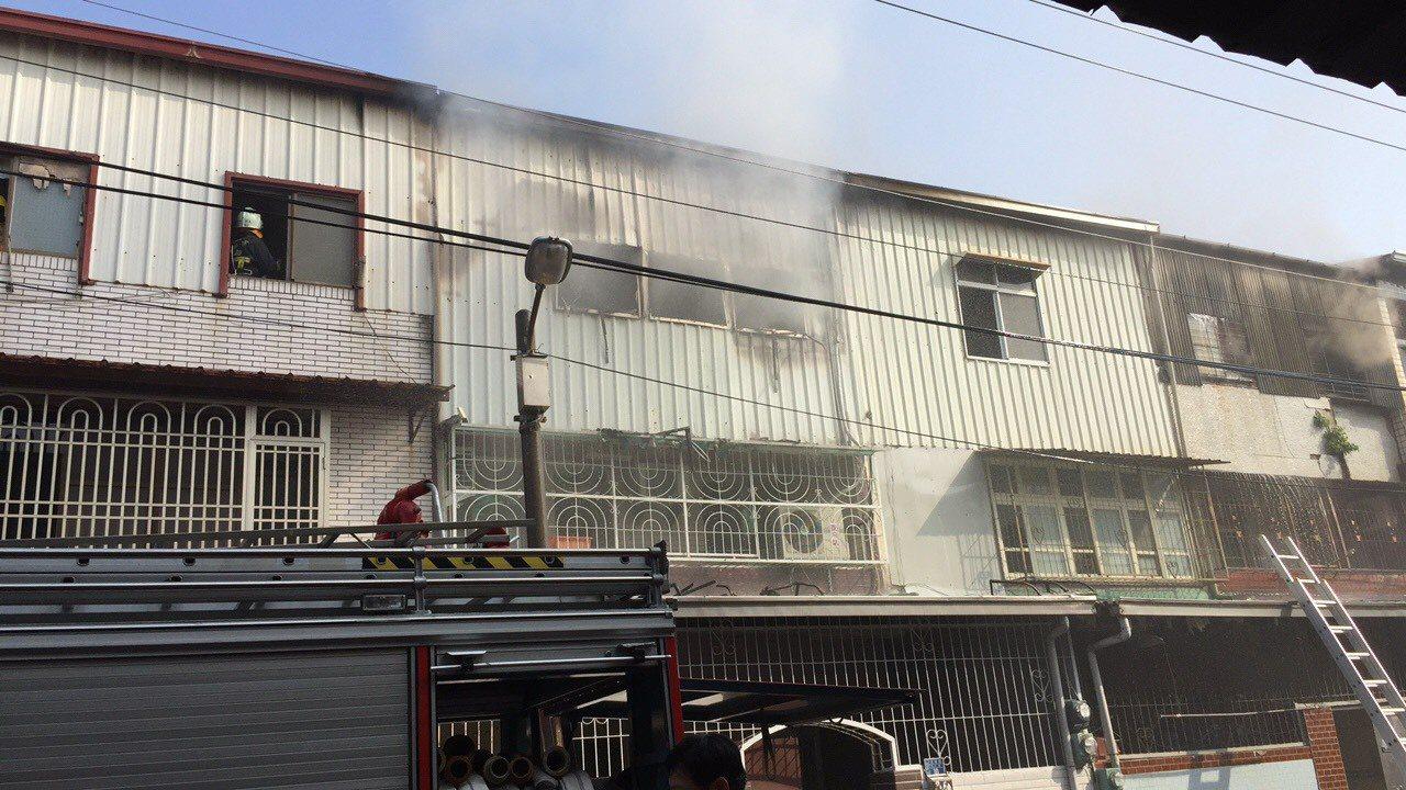 台南市南區民宅火警,計有4戶連棟鐵皮屋受波及,幸無人員受傷。記者邵心杰/翻攝