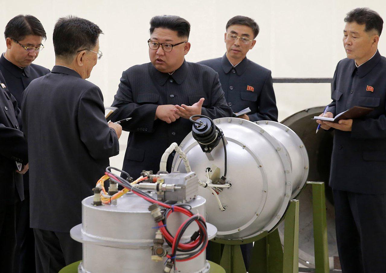 北韓朝中社上月3日發布的照片顯示,北韓領導人金正恩(右三)視察一處核武設施,當日...