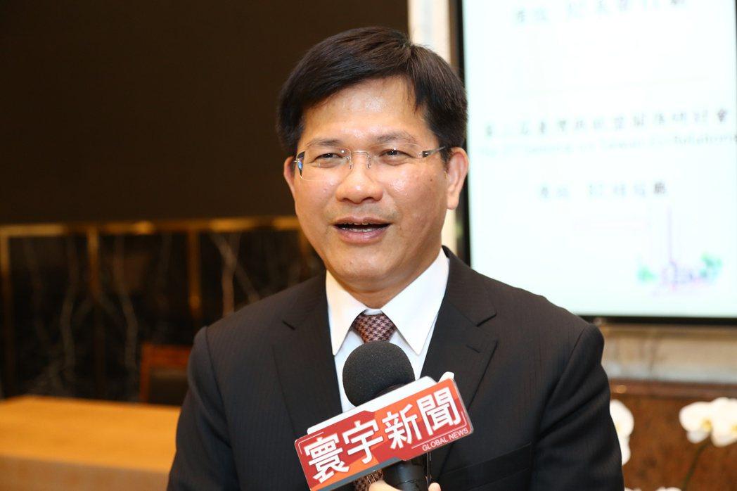 政府推動補助綠能屋頂,台中市長林佳龍今早說,他歡迎中央推動綠能,可減少燃煤發電、...