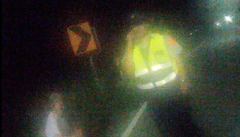 阿嬤凌晨穿白衣坐在路邊, 讓巡邏員警嚇了一跳。 圖片/ 布袋警分局提供
