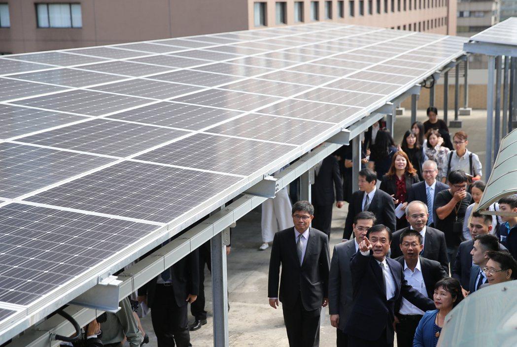 立法院長蘇嘉全(中)帶領相關委員及官員,一同出席立法院太陽光電系統啟用儀式,並參...