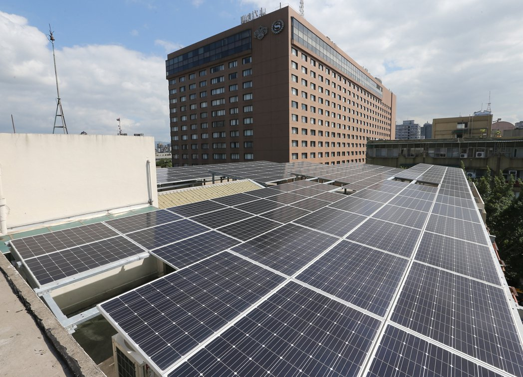 響應執政黨綠能政策,立法院鎮江會館上設置的太陽能光電板上午正式啟用,未來將以99...