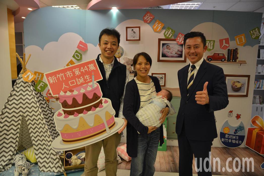 新竹市長林智堅迎接第44萬名市民,為小男嬰林元麒等「新竹市的小寶貝」辦慶生會。記...