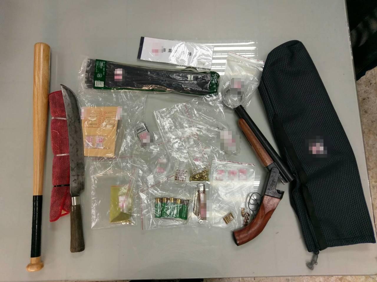 警方在車上查到毒品、霰彈槍等物品。記者劉星君/翻攝