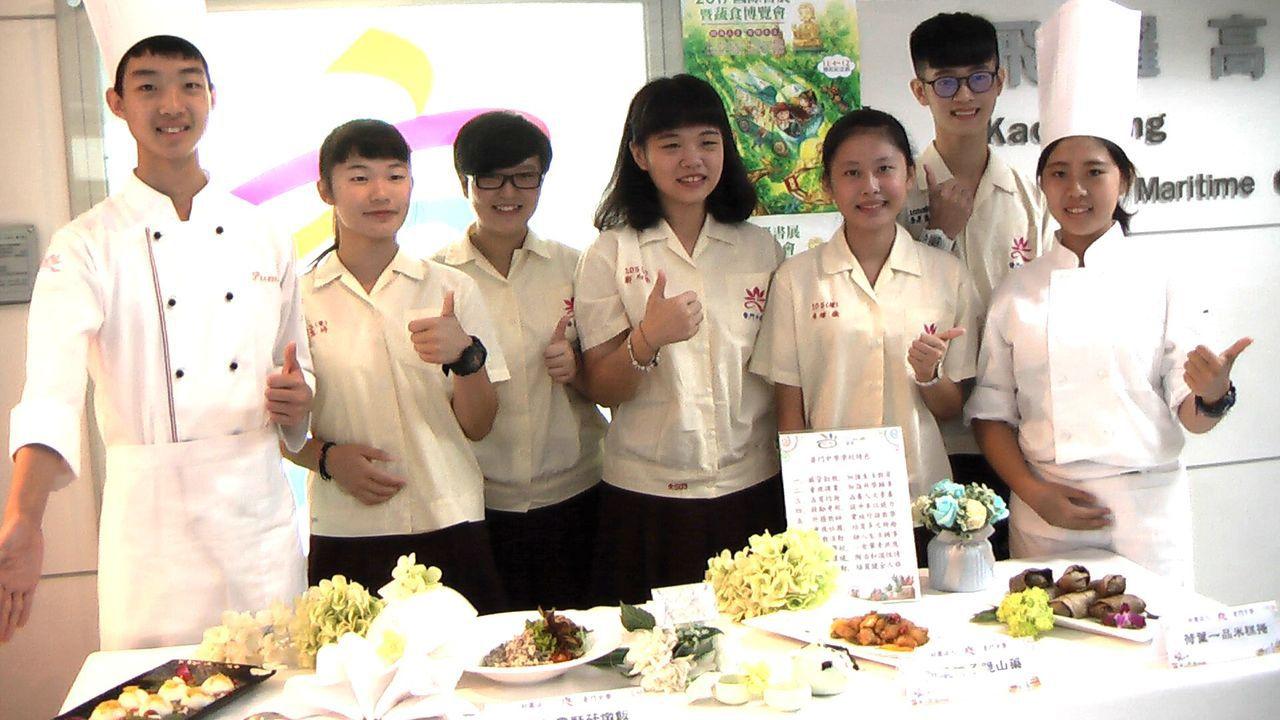 普門中學師生用心烹調「在地雜糧好料理」。記者徐如宜/攝影