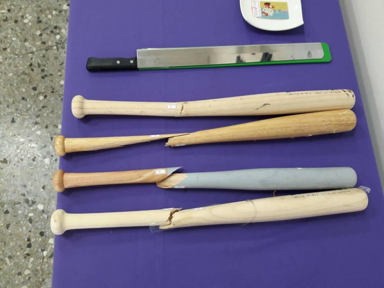警方查獲的西瓜刀、棒球棒等犯案工具。記者謝進盛/翻攝