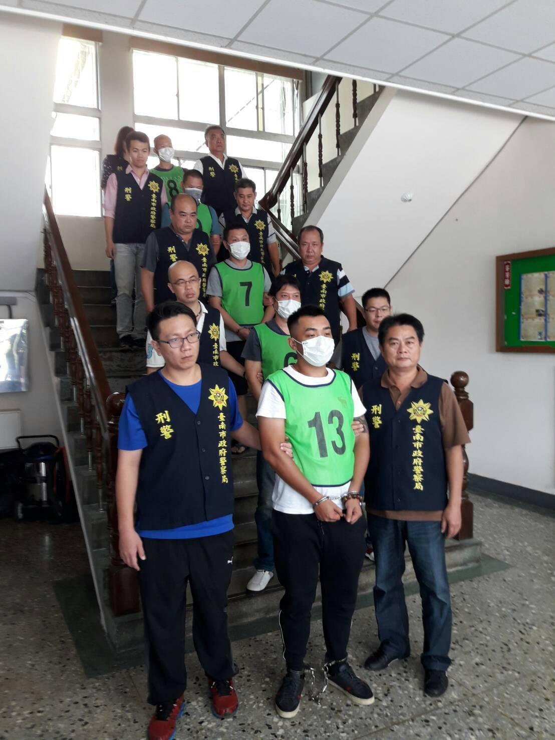 台南警方執行掃黑肅毒,將治平首惡蘇嫌等人緝捕到案。記者謝進盛/翻攝
