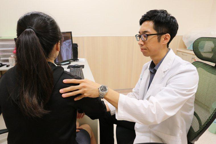 亞洲大學附屬醫院骨科部醫師慕德翰說,包括經常寫板書的老師、長期做家事的家庭主婦、...
