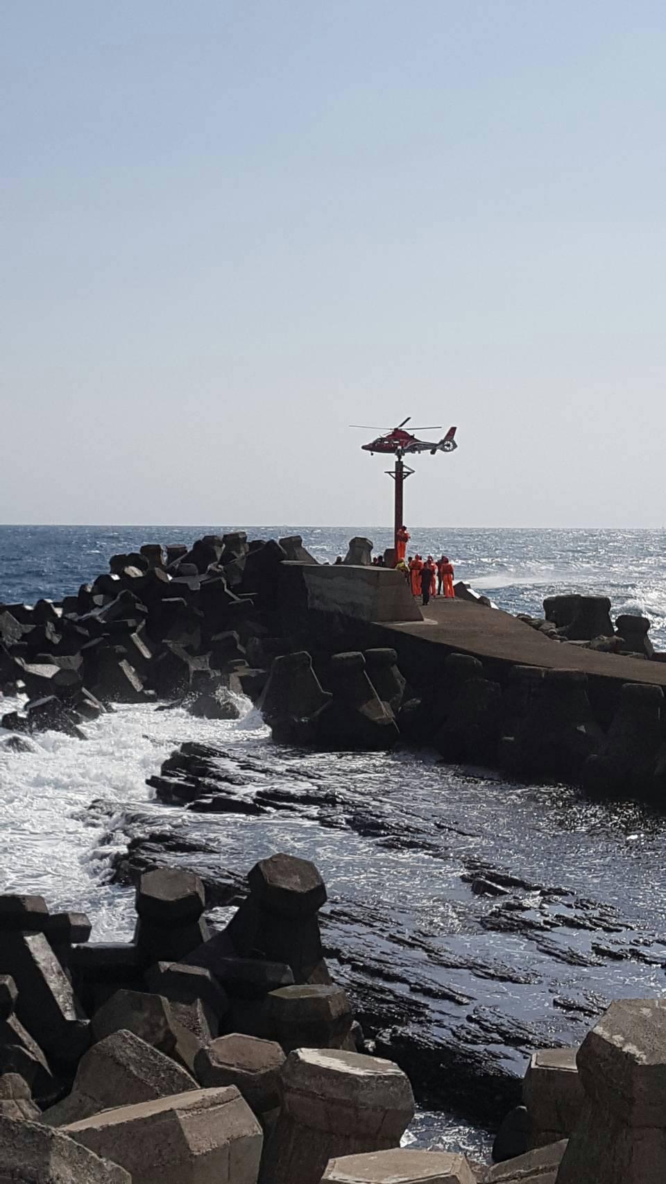 貢寮一名釣客落海,上午直升機尋獲吊上岸。記者游明煌/翻攝