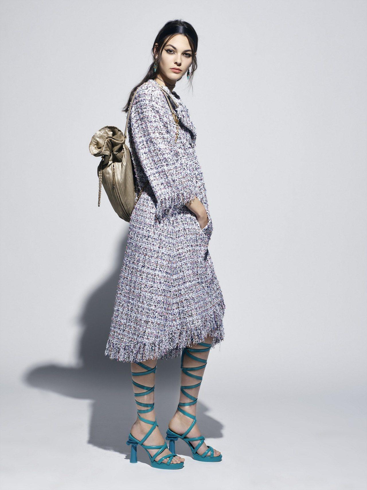 羅馬涼鞋配上宛如神廟石柱的鞋跟,以粉嫩亮彩色打造搶眼的質感。圖/香奈兒提供