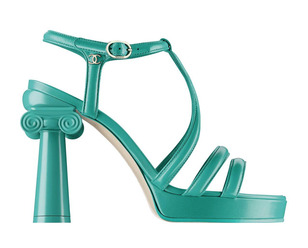 涼鞋配上宛如神廟石柱的鞋跟,以粉嫩亮彩色打造搶眼的質感。圖/香奈兒提供