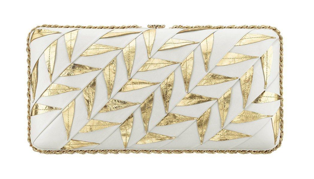 金色月桂葉皮革手拿包,33萬5,800元。圖/香奈兒提供