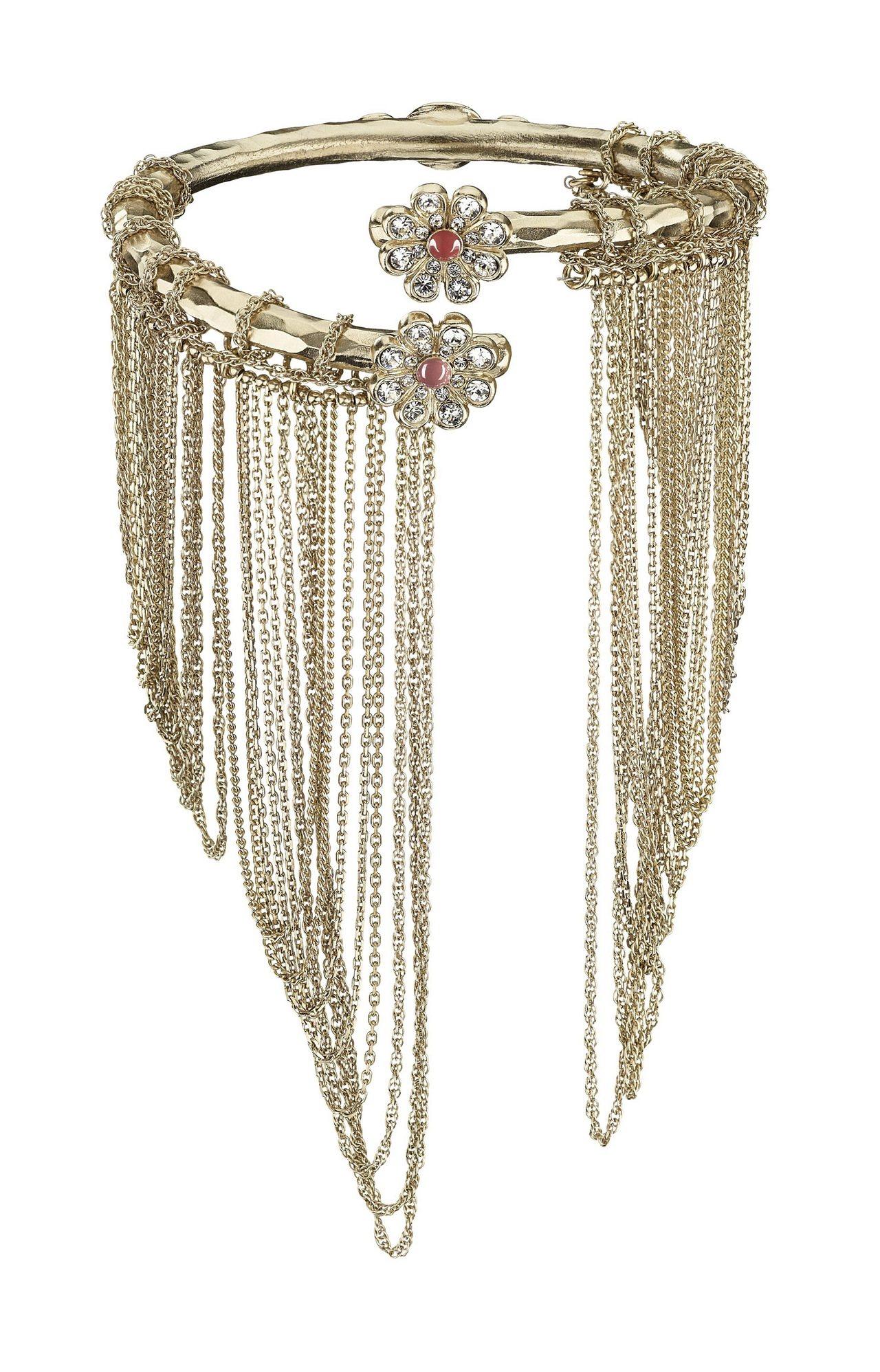 多層次垂墜鏈帶單圈金屬臂環,74,200元。圖/香奈兒提供