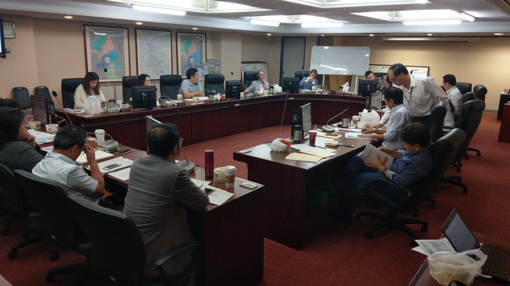 北市工務委員會上午討論危險老舊建物都更。記者楊正海/攝影