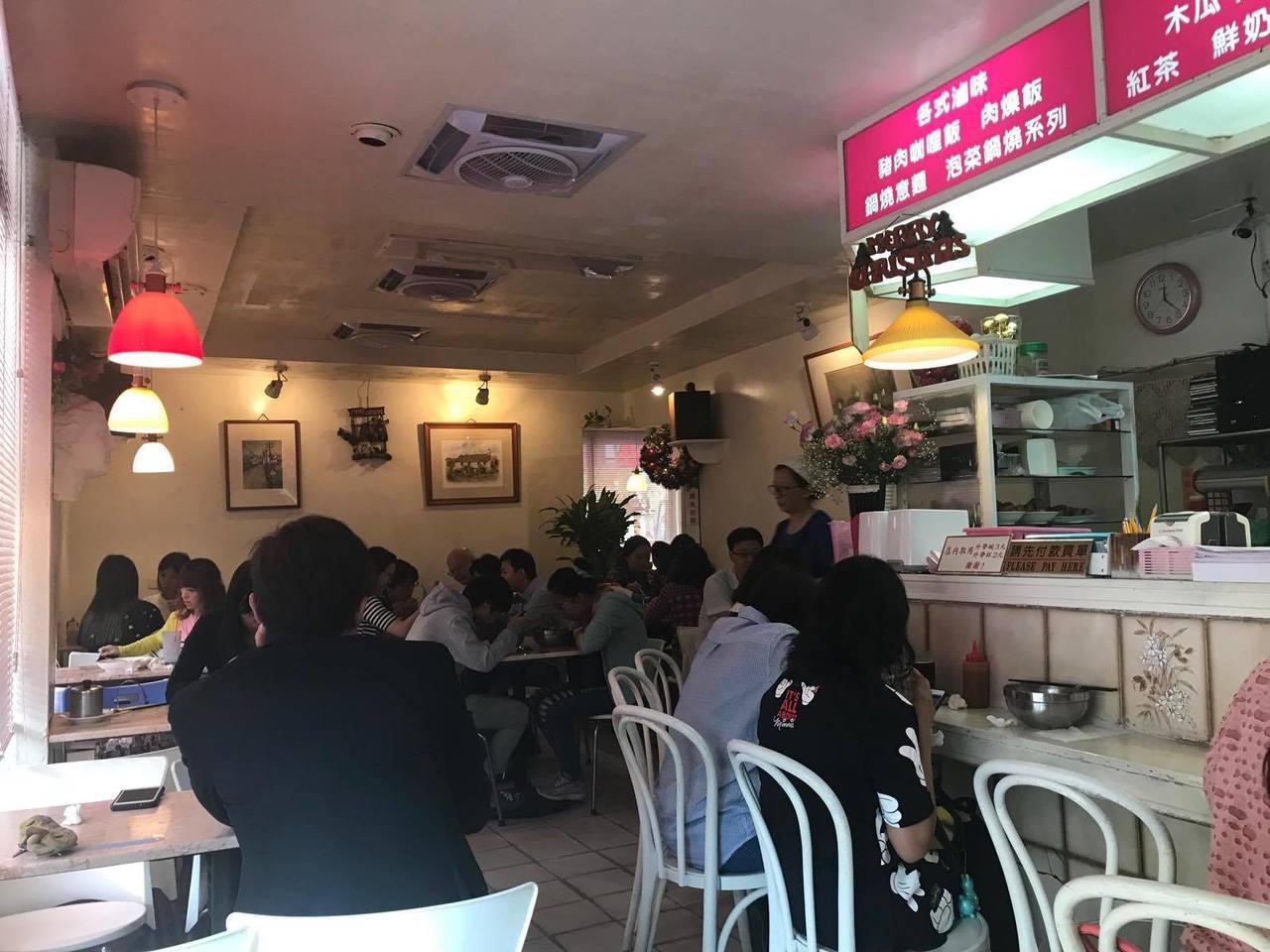位於樹林街上的「小豆豆餐飲屋 」創立於1970年,是台南知名鍋燒意麵店。記者綦守...