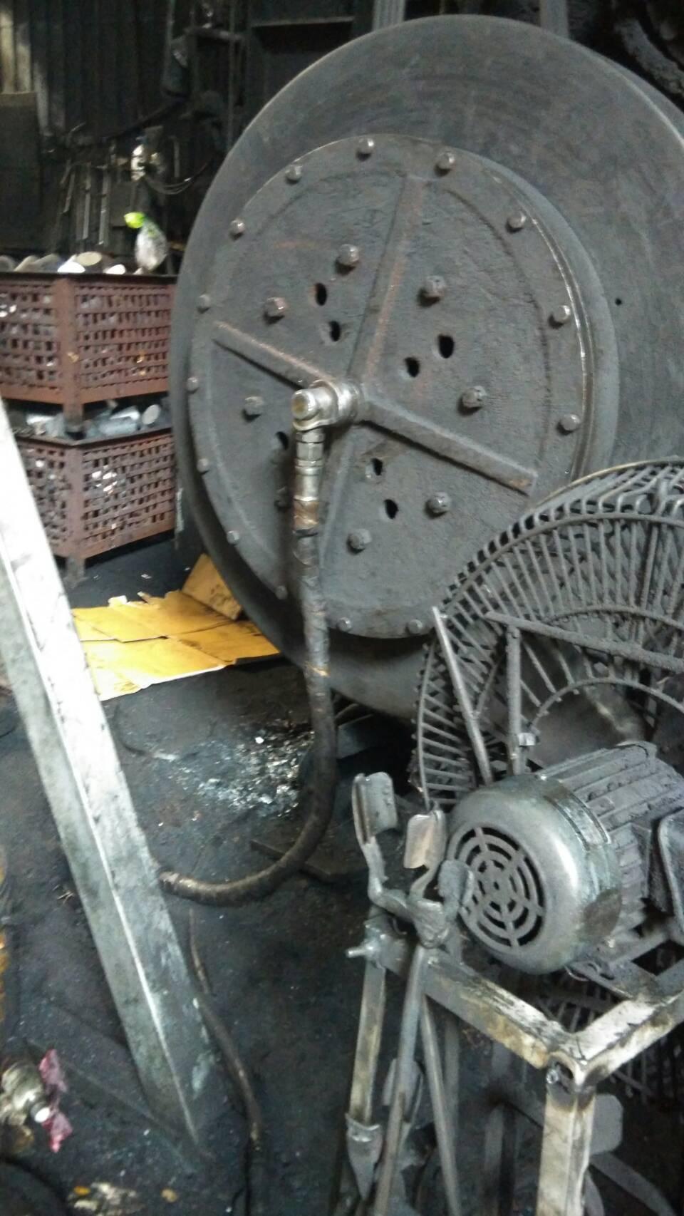 台中市大里工業區一家鍛造工廠的大型氣動式鍛造機台突然漏氣,數公斤重的鋼製接頭鬆脫...