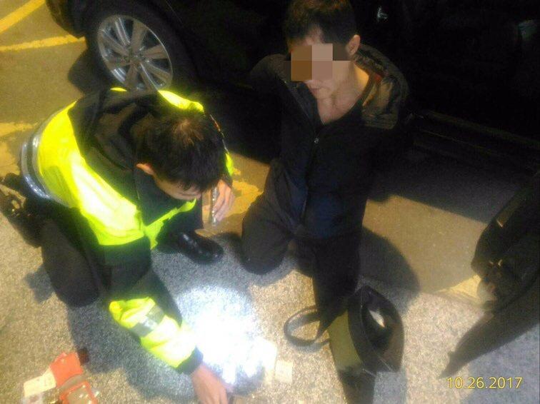 呂姓男子今天遇板橋警方盤查涉嫌猛踩油門企圖倒車逃逸,險些撞到警員,警方開一槍擊中...