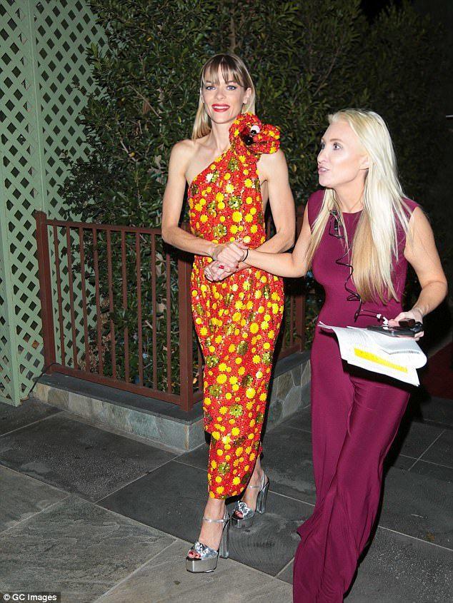 名模女星潔米金以Marc Jacobs 2018春夏系列的橘紅色印花洋裝現身PA...