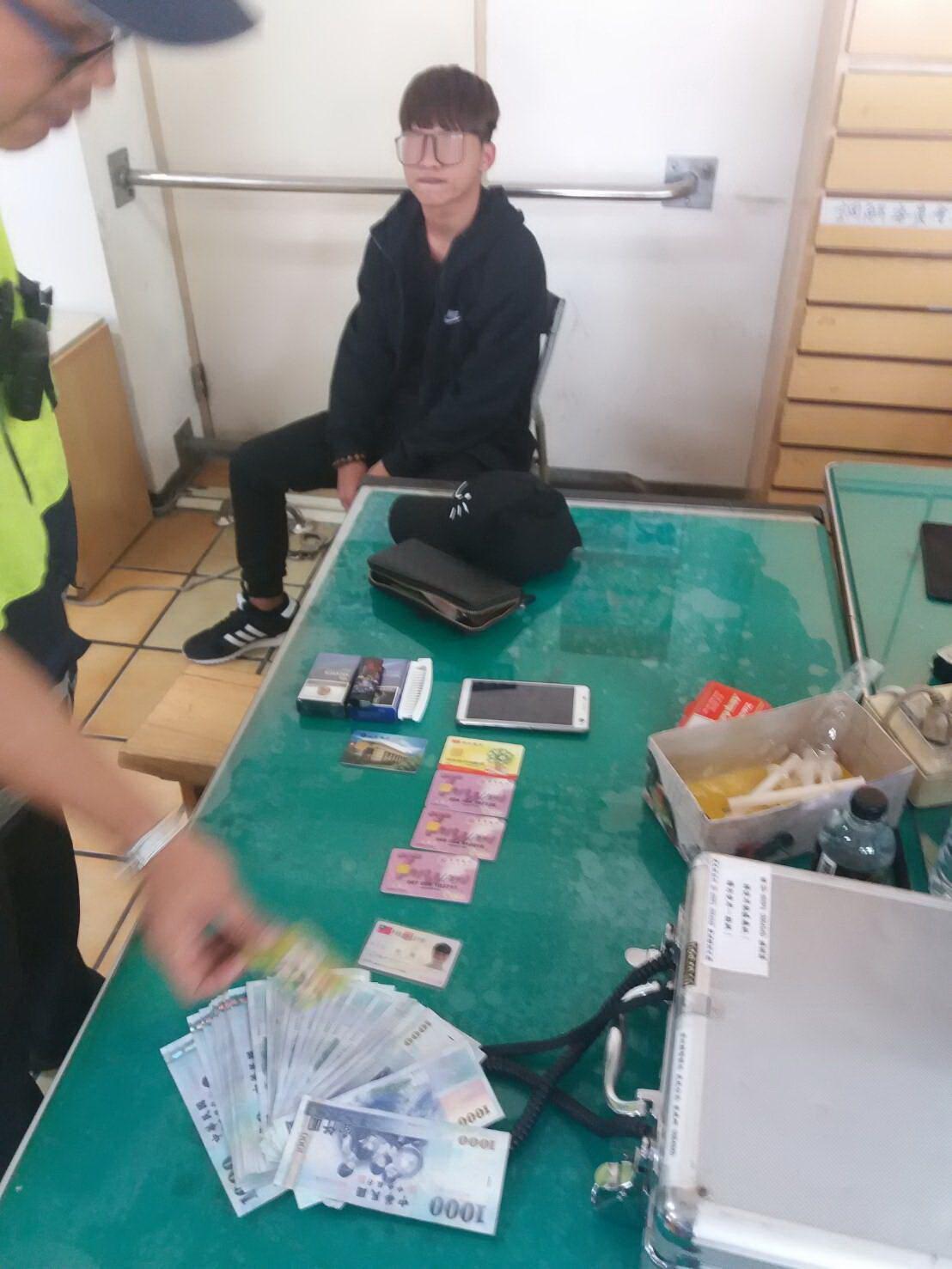 正在領錢被逮的王嫌,警方共起出提領的6萬元現金和多張提款卡。圖/虎尾分局提供