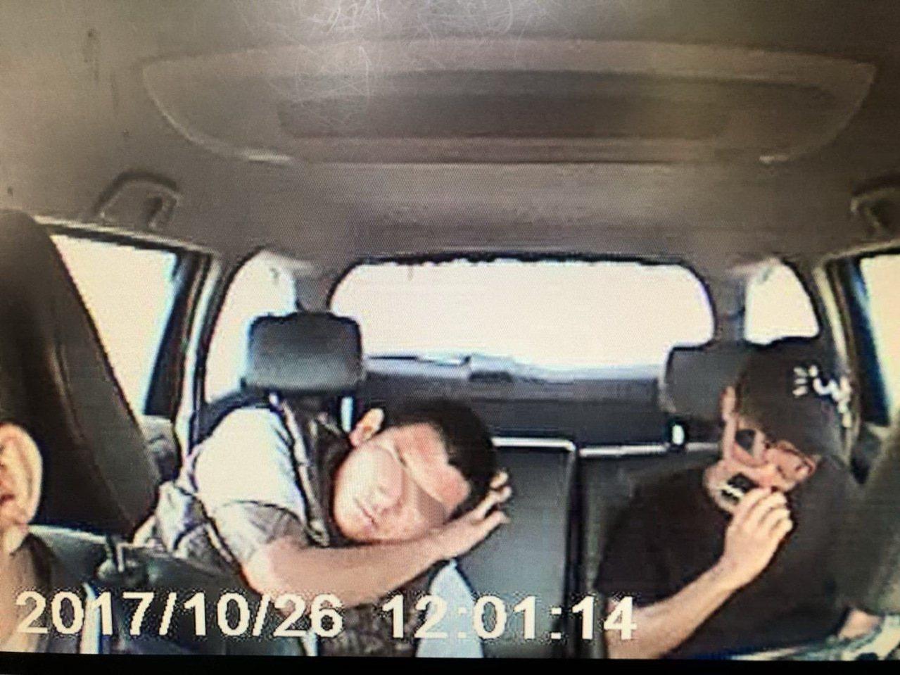 黃姓和王姓車手在計程車內對話露饀。圖/虎尾分局提供