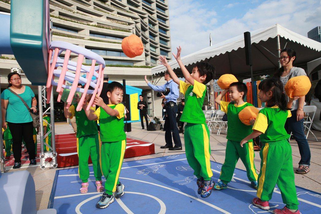 台北市忠孝國小附設幼稚園的小朋友們玩投籃球。記者徐兆玄/攝影