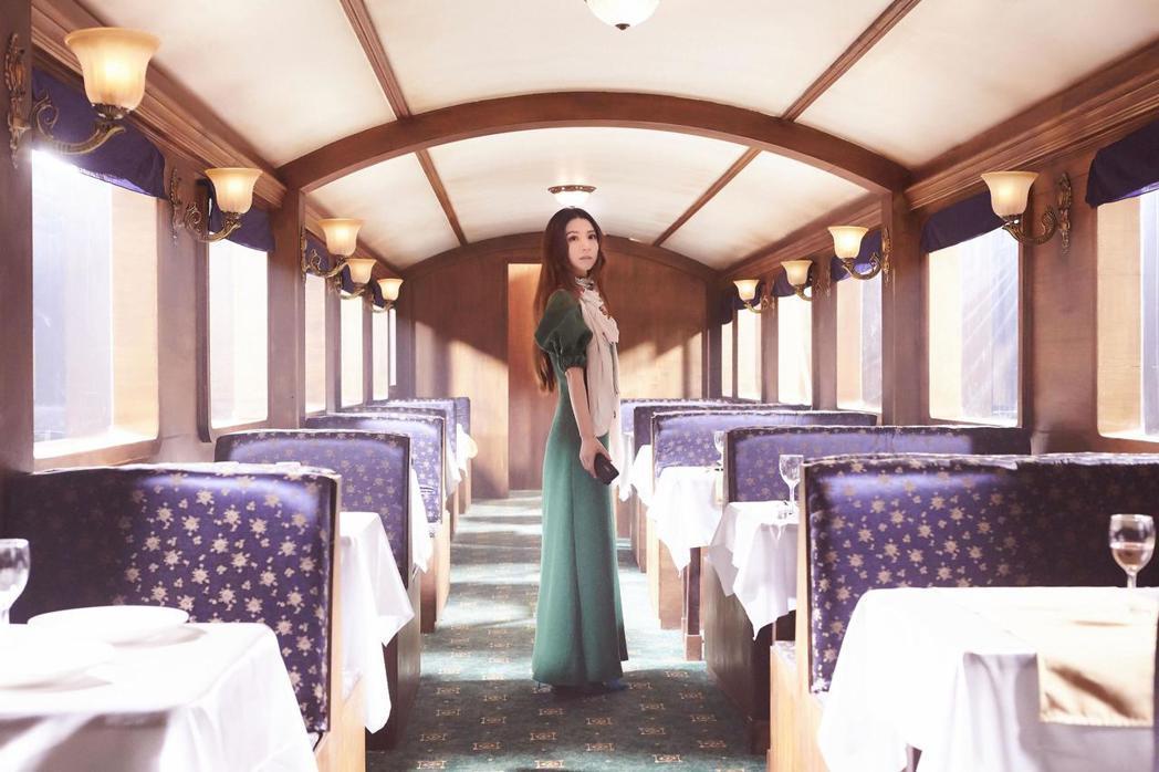 田馥甄在一比一火車造型上拍照,場景花300萬打造。圖/華研提供