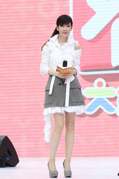 由香港TVB主導的「大大平台」26日在台舉行上線記者會,邀來「不老女神」周慧敏揭幕,她一開口問好,全場酥麻。她透露,當初差點當不成大明星,「我本來不是TVB藝人,第一次比賽唱歌原本有機會,但因媽媽反...