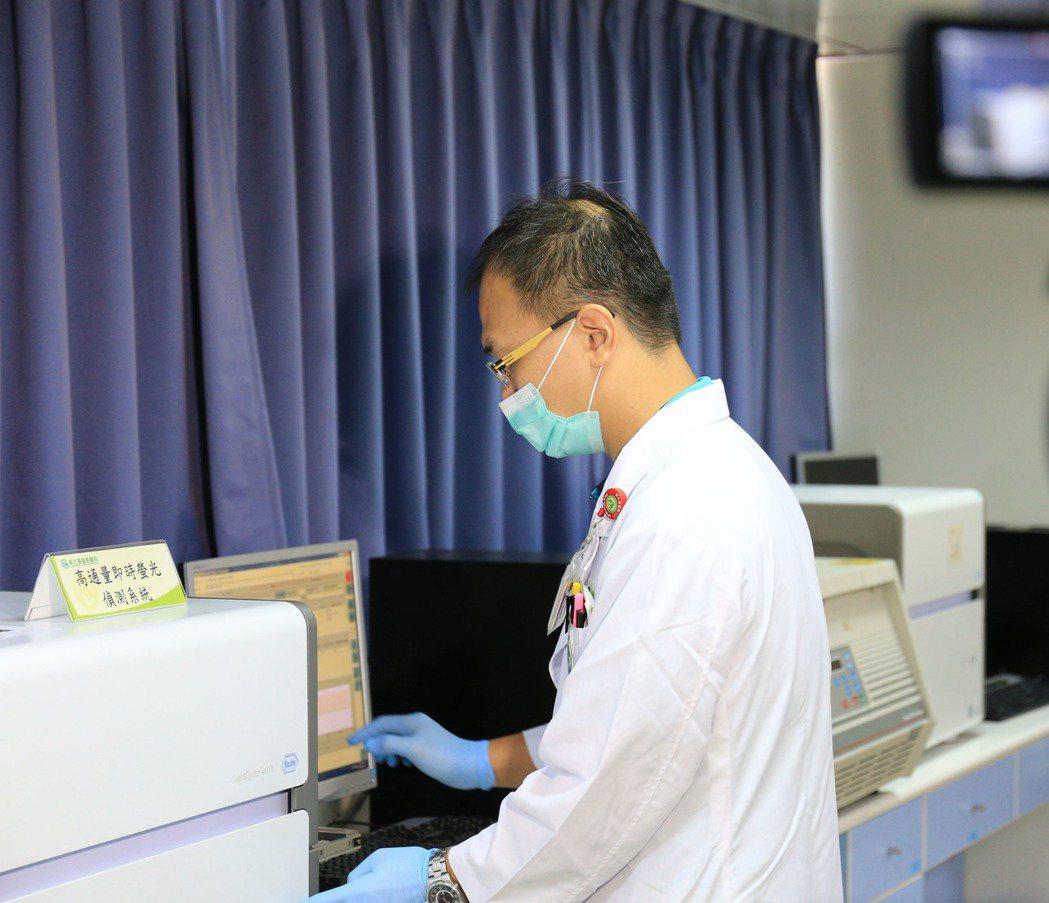 彰基基因醫學部醫師操作qPCR儀器快篩胚胎。圖/彰基提供